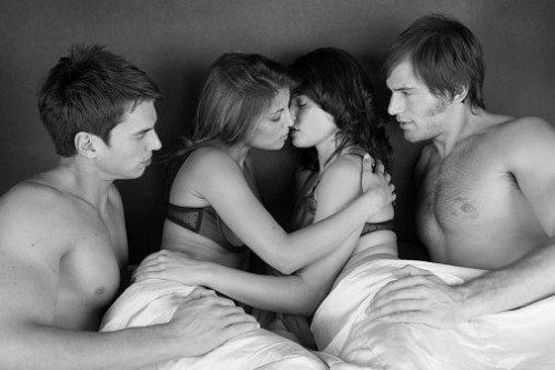 Крутой секс на кожаном диване