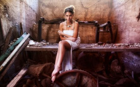 обнаженная красивая девушка позирует на фоне старых развалин фото