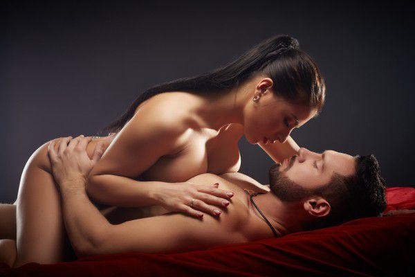seks-vlyublennih-doma-video