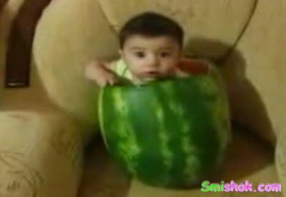 Дитина з'їла арбуз