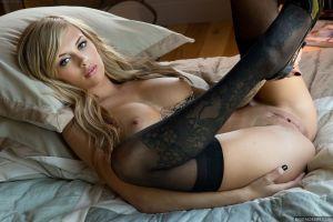 Емма Мей у своїй спальні фото