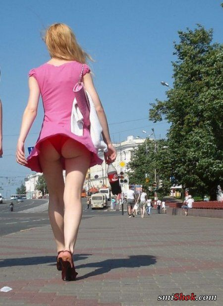 Девушки будьте внимательны - ветер шалит!