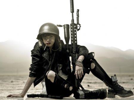 Красивые девушки и оружие