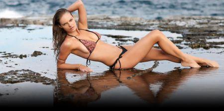 Модели в купальниках на пляже фото