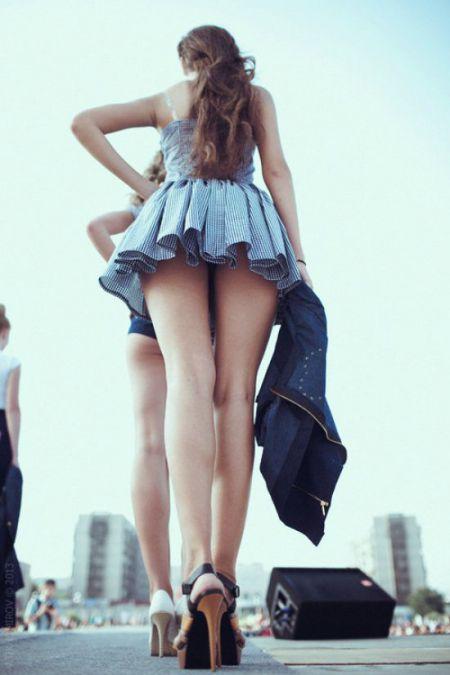 Женскими ножками нельзя не любоваться!