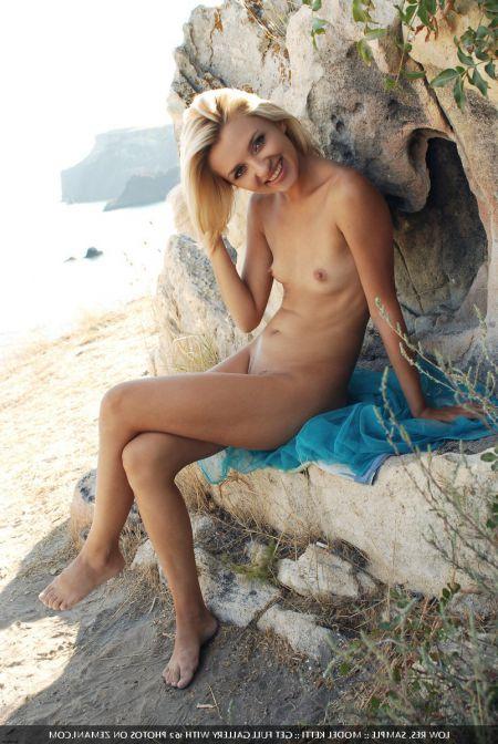 Потрясающая блондинка с хорошей фигурой и попкой