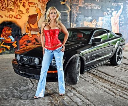 Милые девушки любят Форд мустанг