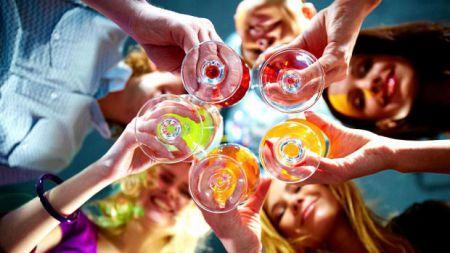 После выпивки люди кажутся красивее, чем на самом деле, из-за нарушения вашей способности распознавать симметрию