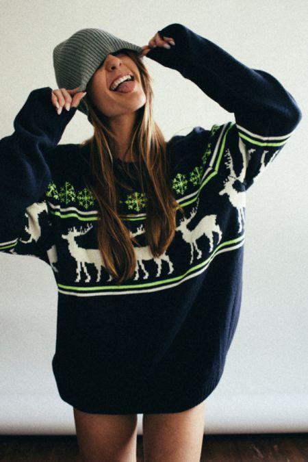 Осенью девушки начинают надевать теплые свитера и кофты