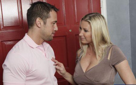 Как соблазнить соседку?