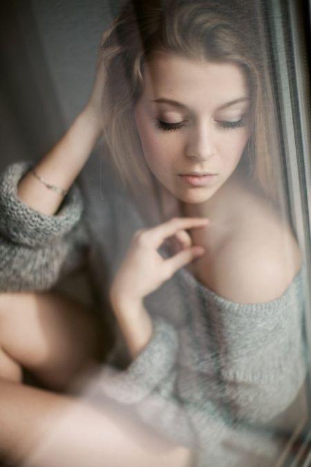 Незнакомая девушка в окне напротив