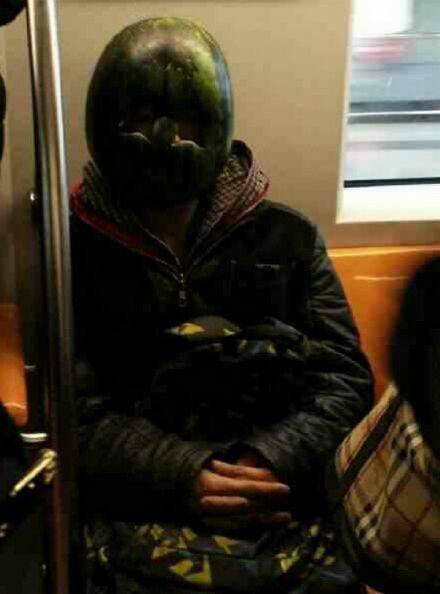 Человек-арбуз в китайском метро
