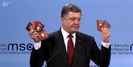 """Порошенко в Мюнхене показал паспорта российских военных, """"заблудившихся"""" в Украине"""