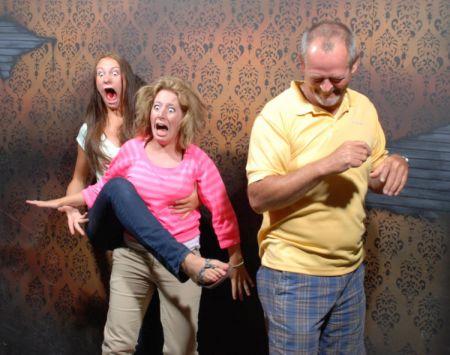 Реакция людей в доме ужасов