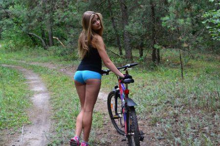 Летом девушки ходят в коротких шортиках