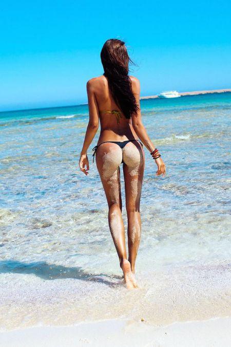 Женские попы в песке фото