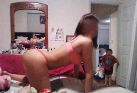 Безмозглые мамаши, делают снимки при детях