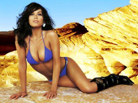 Красивые девушки, песок солнце  и море