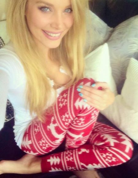 Девушки из соцсетей в рождественских свитерах