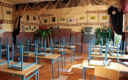 Карантин в школах Украины: во многих городах запрет на занятия продлен