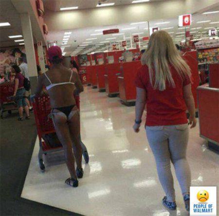 Смешные люди в супермаркете встречаются
