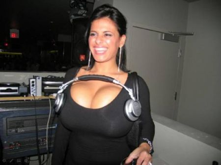 Девушки применяют грудь не по прямому назначению