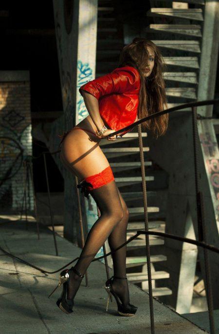 Красивые девушки в чулках и нижнем белье