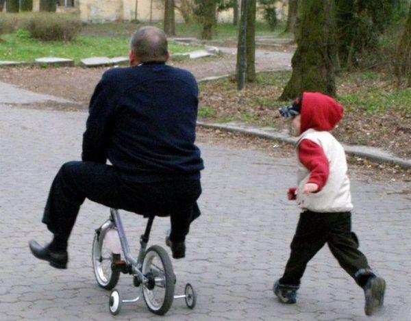 Прикольные фото, где взрослые ведут себя как дети