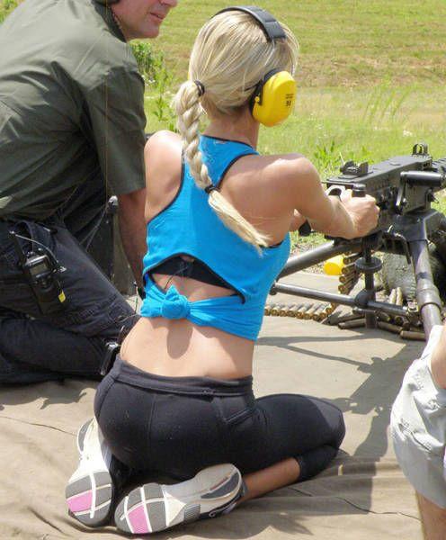 Опасные но все равно прекрасные. Девушки с оружием (35 фото)