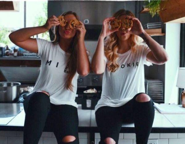 Девушки обожают дурачится перед объективом фотокамеры (25 фото)