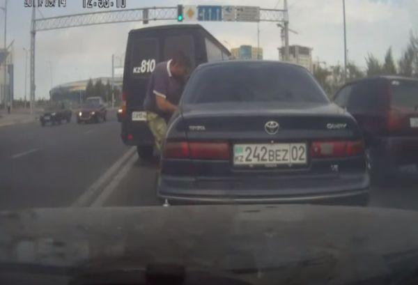 Водитель катафалка проучил за наглость на дороге