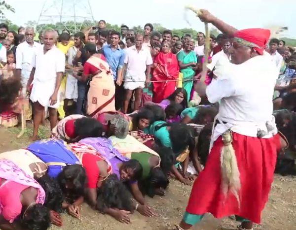 Жрецы в Индии хлыстами изгоняют бесов из женщин