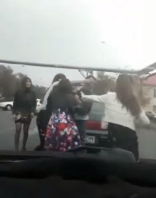 Драка четверых девушек и таксиста