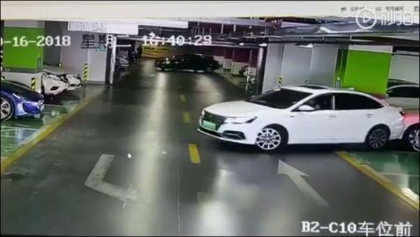 Дама на подземной парковке