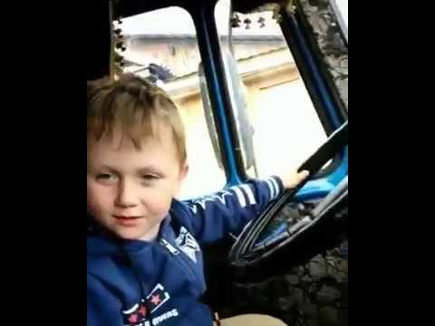 Мальчик изображает водителя